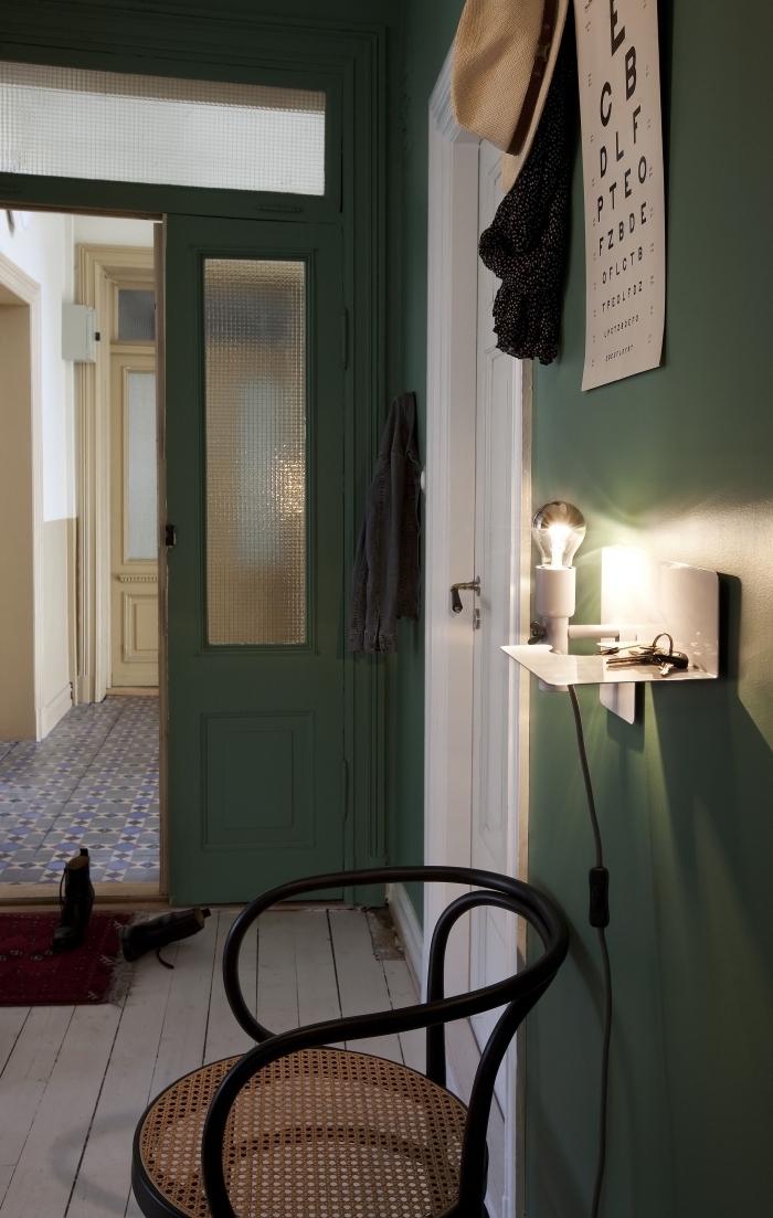 deco entrée couloir de style vintage scandinave aux murs peints en vert sapin et des touches de blanc qui viennent créer un joli contraste
