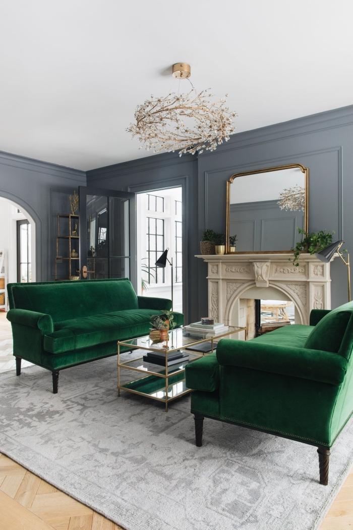 modèle de canapé design luxueux de couleur vert sapin, design salon aux murs gris avec parquet bois et plafond blanc