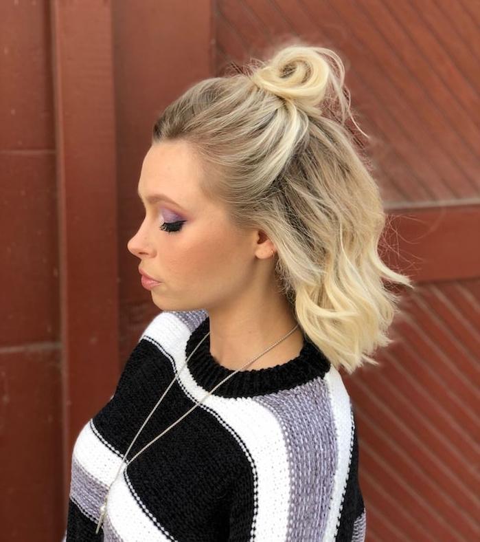 demi chignon haut avec des cheveux lachés en carré, idée de coiffure femme facile a faire soi meme, ombre paupières couleur violette