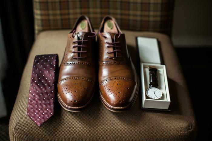 derbies brogues marron, cravate pointillée, montre homme tendance, idée tenue invité de mariage