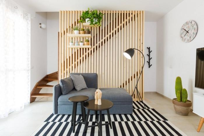 idée comment décorer un salon aux murs blancs avec meubles moderne et séparation de pièce en bois clair