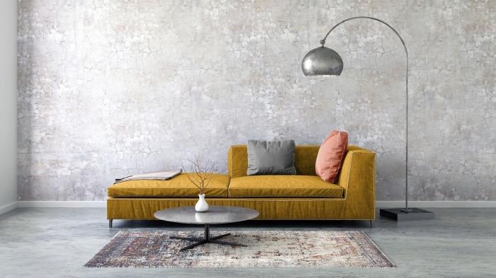 idée déco de salon gris et jaune, modèle de canapé de couleur jaune moutarde décoré avec coussins, modèle de lampe sur pied argent