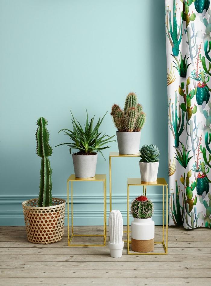 salon aux murs vert pastel, quelle peinture pour salon avec plancher bois, exemple d'intérieur avec vert d'eau couleur