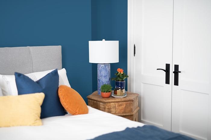 design interieur decoration murale peinture chambre deux couleurs peinture tendance couleur bleue coussins decoratifs