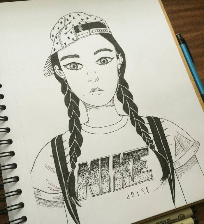 dessin de fille swag aux tresses de coté et casquette à l envers, cheveux noirs et tee shirt blanc de la marque nike, visage doux