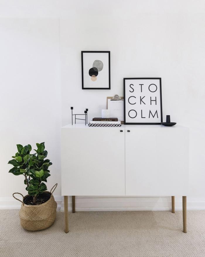 donner un style scandinave à un meuble de rangement besta en ajoutant des pieds de bois vintage