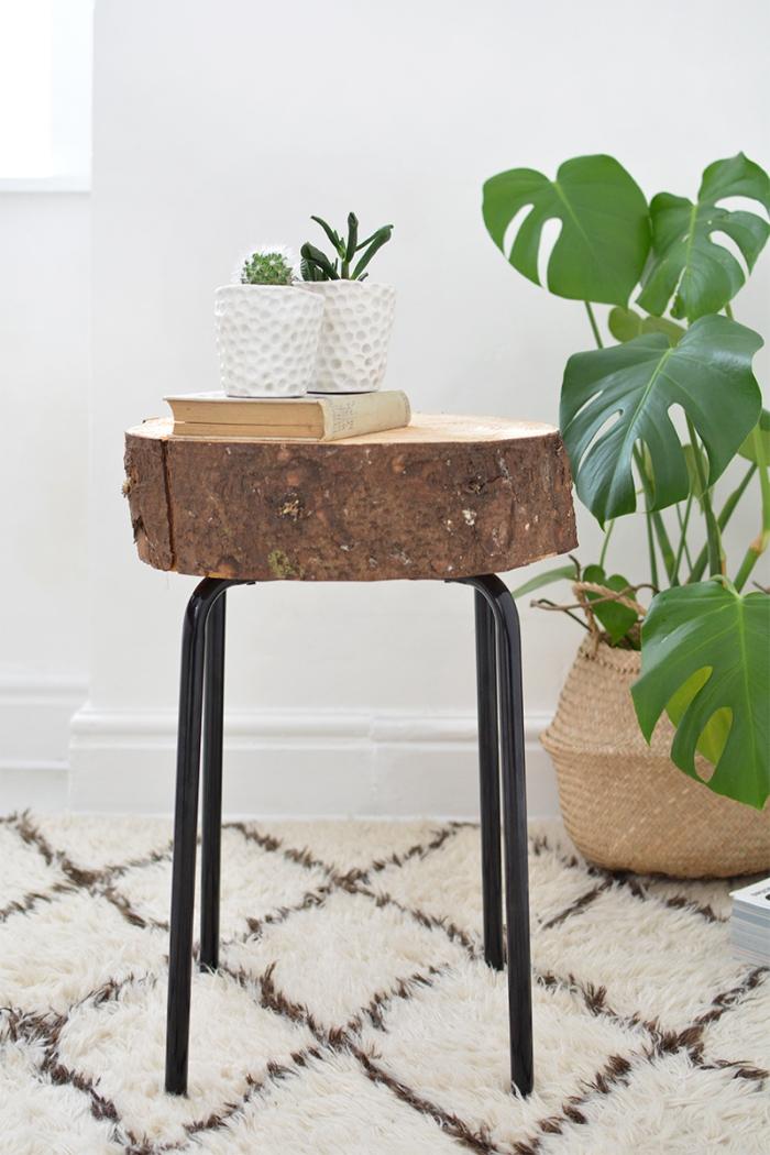 une table d'appointe bohème réalisée à partir d'un tabouret ikea et d'un rondin de bois, bidouilles ikea pour fabriquer des meubles originaux pas chers