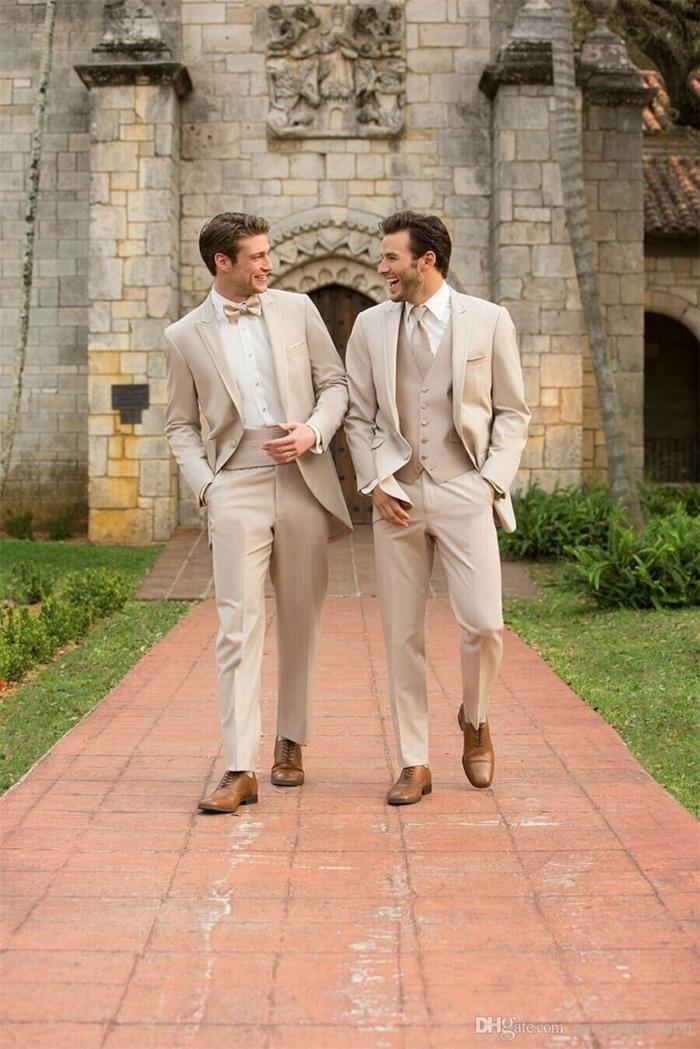 costumes hommes beiges, tenue pour mariage chic et moderne, chaussures homme tendance
