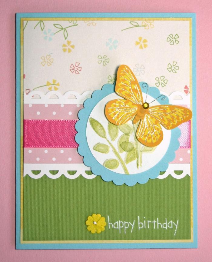 fabriquer une carte d'anniversaire, modèle carte faite maison en papier coloré bleu avec déco papillon jaune et ruban rose