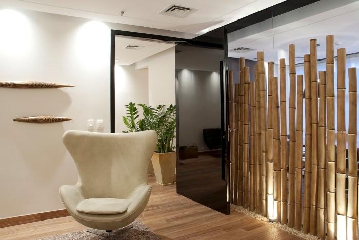 décoration pièce blanche au plancher bois avec un claustra intérieur en bambou, idée séparation pièce originale