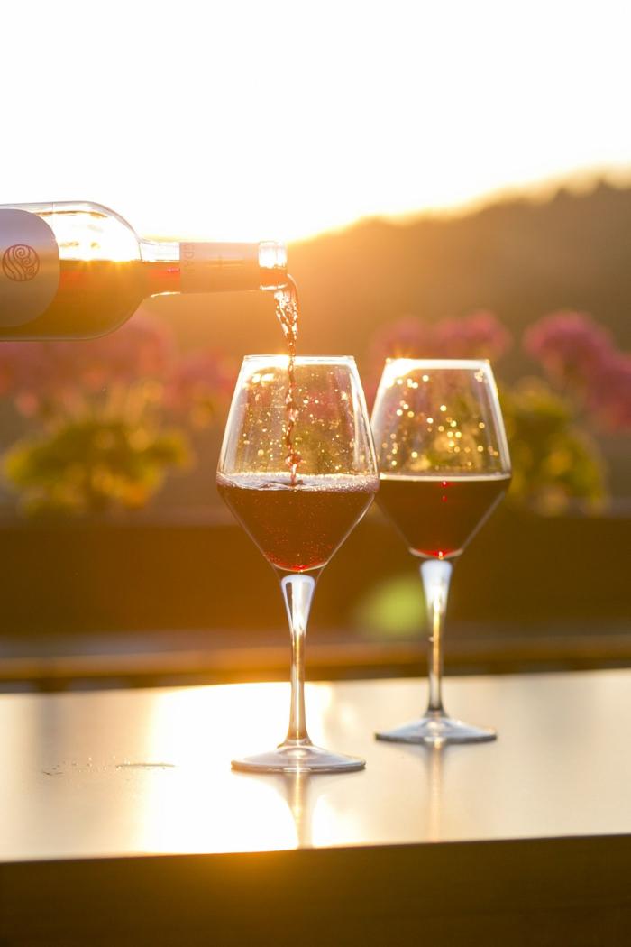 Des verres de vin, boire de vin rouge au coucher de soleil dans une hasienda, belle vue provinciale, image saint valentin, image romantique coeur st valentin