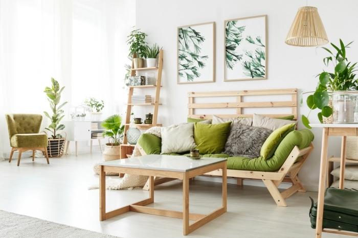 déco de salon blanc et bois avec plantes vertes, meuble rangement étagère en bois clair, coussins décoratifs de couleur vert