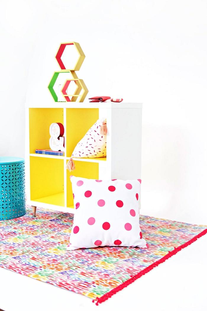 le relooking facile d'un meuble case ikea, étagère kallax montée sur roulettes dont la surface intérieur a été peinte en jaune fluo