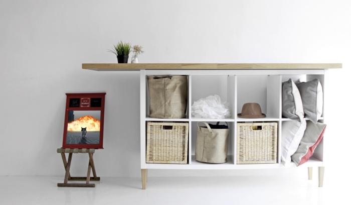 relooker un meuble kallax en installant des pieds de canapé scandinave et une planche de bois dessus