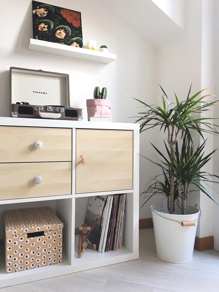une étagère kallax avec portes et des poignées rajoutées qui sert d'un meuble tourne disque, meuble case ikea pour ranger ses vinyles