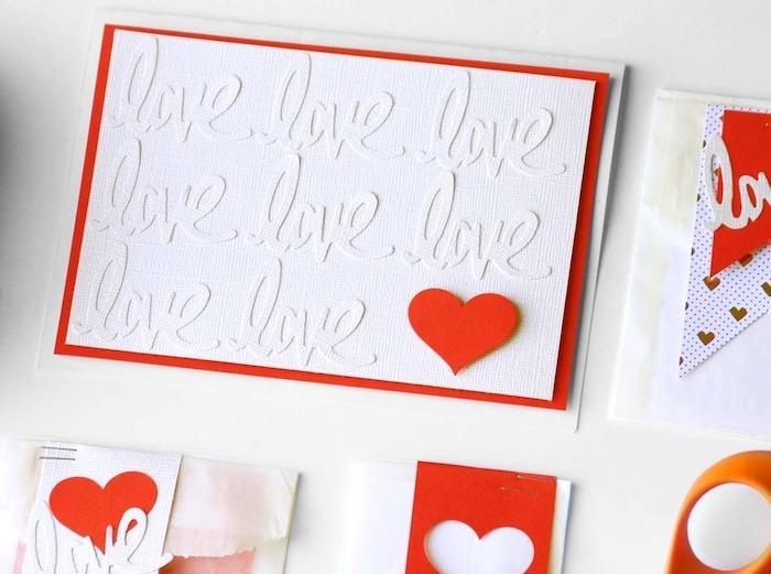 idée de carte de voeux avec des lettres blanches sur papier blanc et cadre papier rouge et coeur rouge en papier