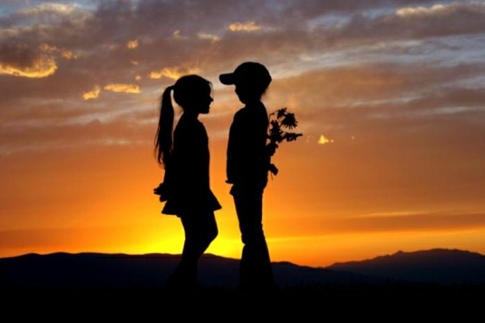 Deux enfants mignons, silhouettes au coucher du soleil, coeur st valentin, bonne saint valentin mon amour, idée que envoyer pour montrer son affection