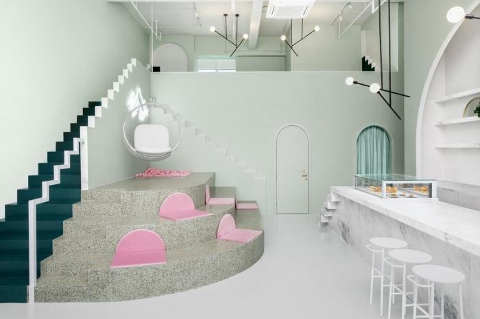 design intérieur moderne aux murs vert pastel, salon vert clair avec escalier vert pin, déco cuisine blanche avec îlot marbre