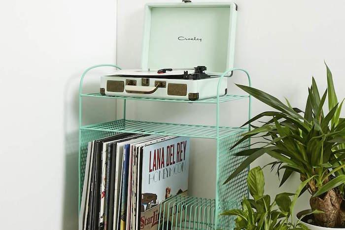 meuble vinyle en métal vert simple avec rangements pour disques et étagères pour platine vinyles rétro crosley