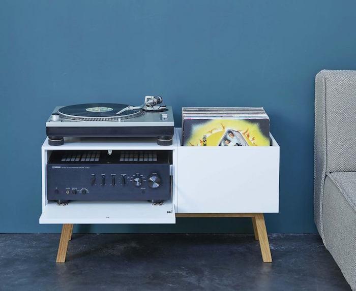 petit meuble pour vinyle design par cub it avec casiers pour rangement vinyles et ampli blanc sur pieds en bois