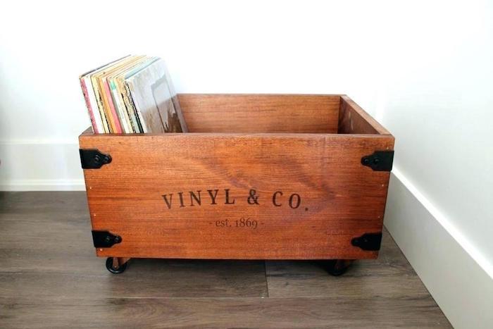 rangement vinyls dans caisse en bois déco sur roulette avec impression vinyl & co