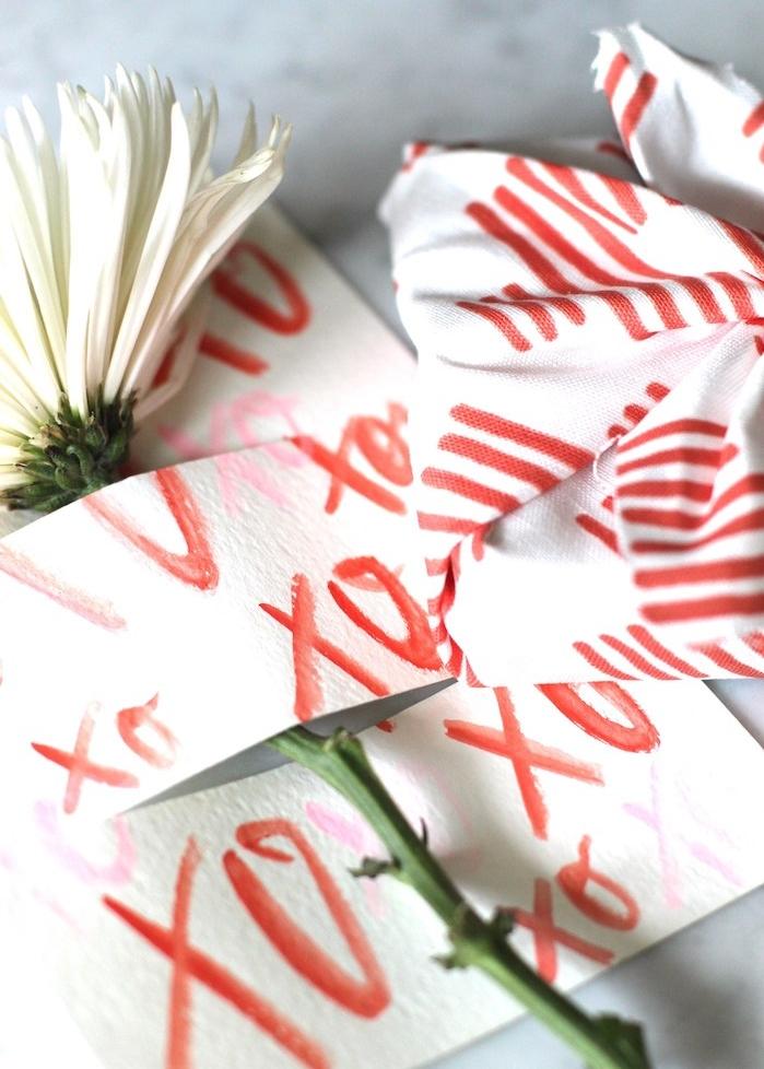 idée de carte de voeux décorée d une fleur blanche sur simple papier blanc à symbole xo, bricolage st valentin