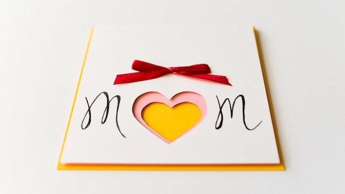 idée de carte de voeux à motif coeur en papier à fabriquer pour sa maman, décoration de ruban rouge à insérer dans une enveloppe jaune
