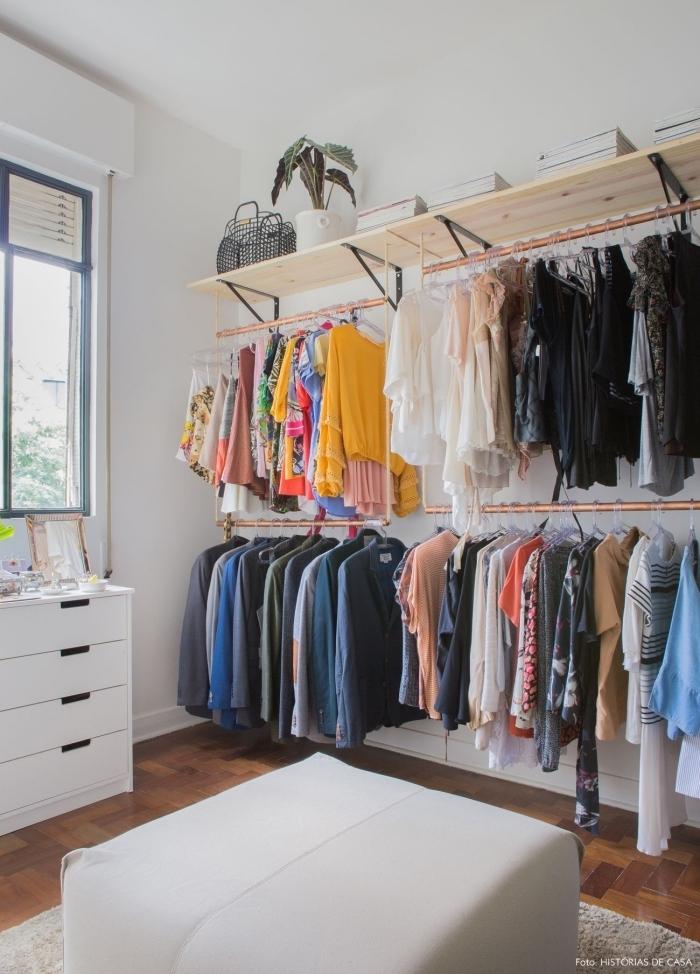 Fabriquer Un Dressing à Deux Niveaux Avec Des Tuyaux De Plomberie Et Des  Tablettes Bois Fixés