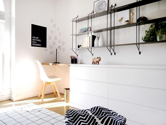 bureau scandinave en blanc et bois réalisé à partir d'une commode à tiroirs de la série malm et une planche de bois brut fixée au mur à l'aide des équerres, ikea bidouille pour réaliser un bureau minimaliste