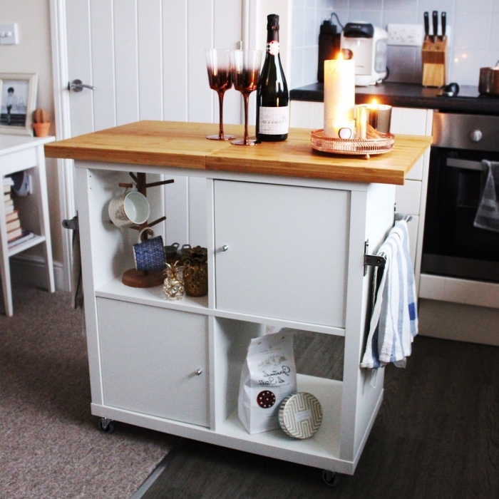bidouiller ikea pour créer un espace de rangement supplémentaire dans la cuisine, transformer une étagère kallax en îlot de cuisine mobile avec plan de travail en bois