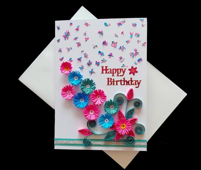comment réaliser une carte anniversaire originale, modèle carte en papier blanc avec mini papillons et fleurs quilling