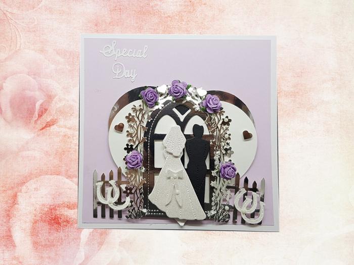 idée scrapbooking pour mariage, modèle de faire part mariage fait main en papier violet pastel avec figurines amour