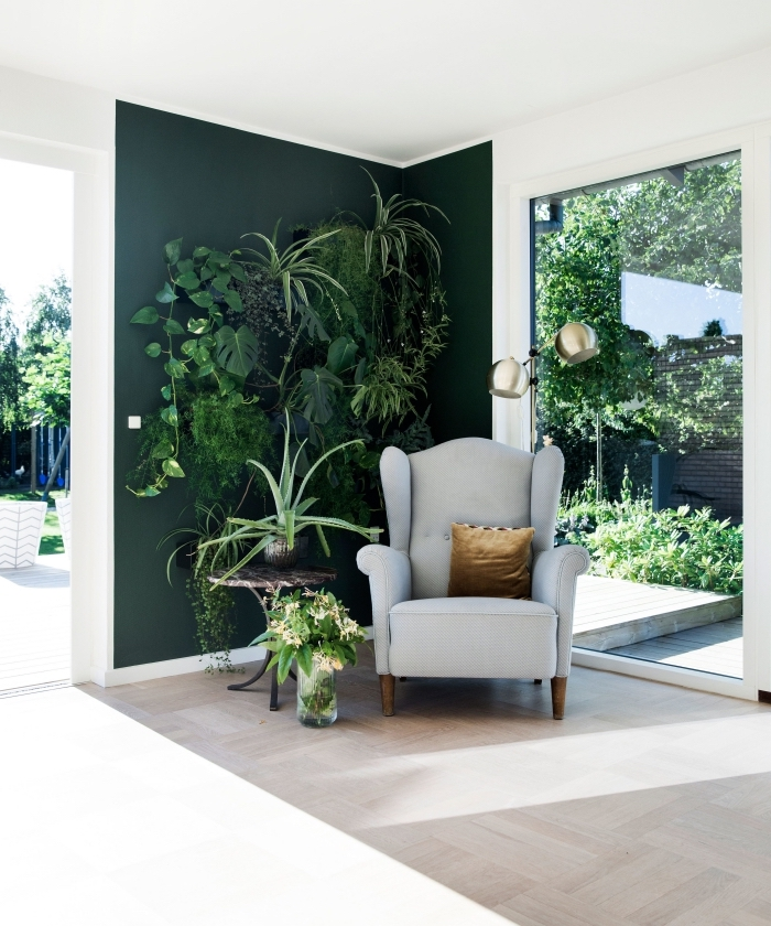 pièce au plafond blanc avec plancher design bois clair, idée couleur mur vert avec décoration végétale en plantes exotiques