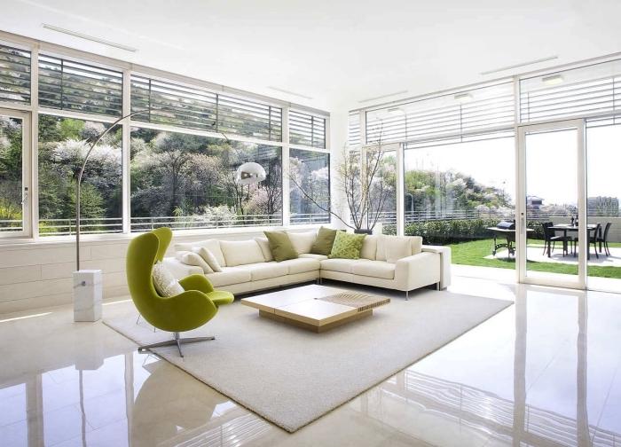 comment décorer un salon spacieux en blanc, modèle de grand canapé d'angle blanc décoré avec coussins de nuances vertes