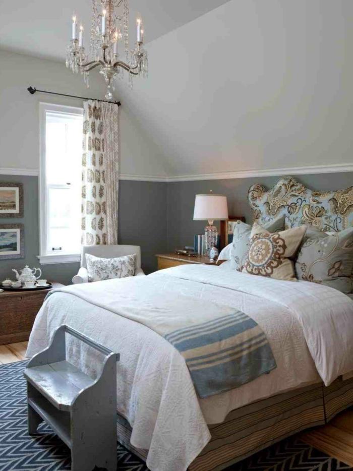 chambre shabby chic en deux couleurs, deco chambre peinture gris et blanc, chandelier vintage, coussins déco