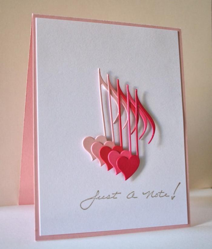 modèle de carte fait main avec papier rose pastel et feuille cartonnée blanche, décoration figurines musicales scrap