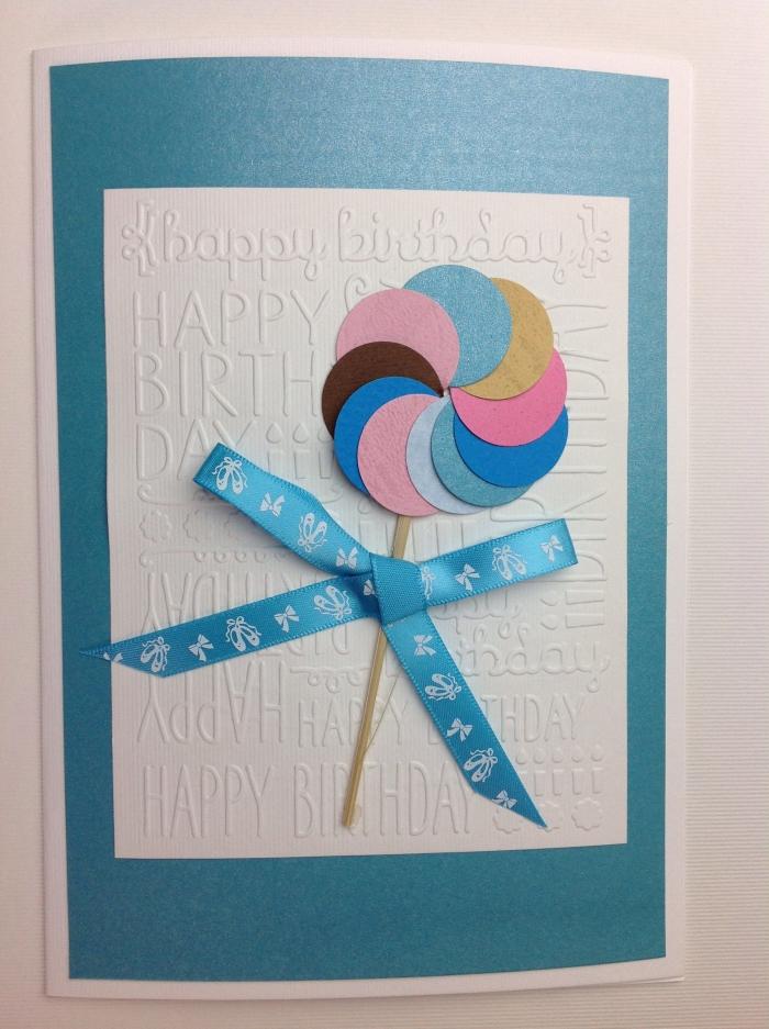 scrapbooking modele de carte d'anniversaire pour enfant, diy carte en papier turquoise avec déco sucette en morceaux papier coloré