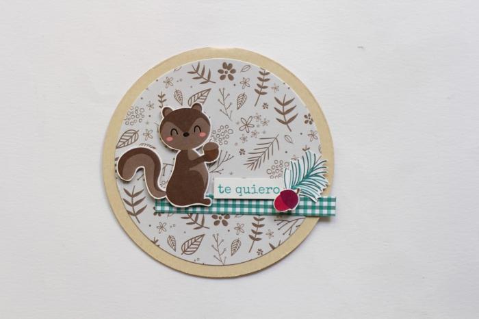 carte anniversaire scrapbooking pour enfant, mini carte d'amour en forme ronde avec décoration en papier scrap et figurine écureuil