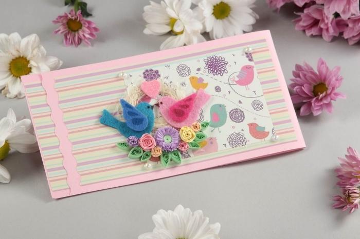 carte anniversaire scrapbooking, modèle de carte en papier cartonné rose avec figurines scrap oiseaux et fleurs