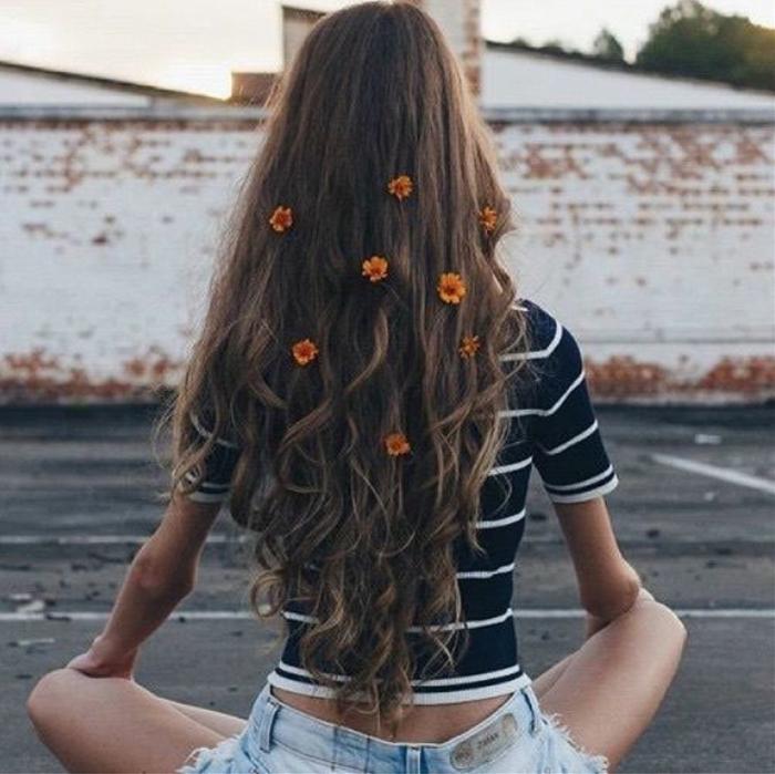 Cheveux longs bouclés, fille avec cheveux longs et fleurs dans les cheveux, shorts en jean et top rayé, meuf swag tenue tumblr s habiller bien comme les filles de tumblr