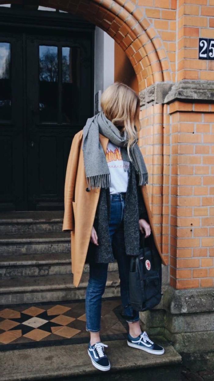 Jean bleu, manteau vamel et t-shirt blanche trasher, baskets vans tenue chic, tenue tumblr, vetement femme décontracté chic, streetwear femme
