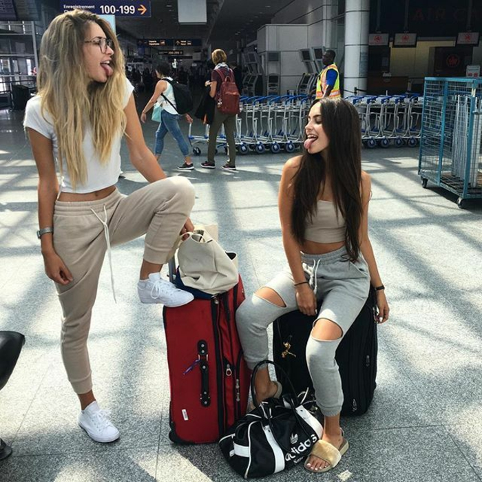 Tenue voyage en avion, valises et sportswear, filles amies, cheveux longs, tenue tumblr vetement femme décontracté chic streetwear femme