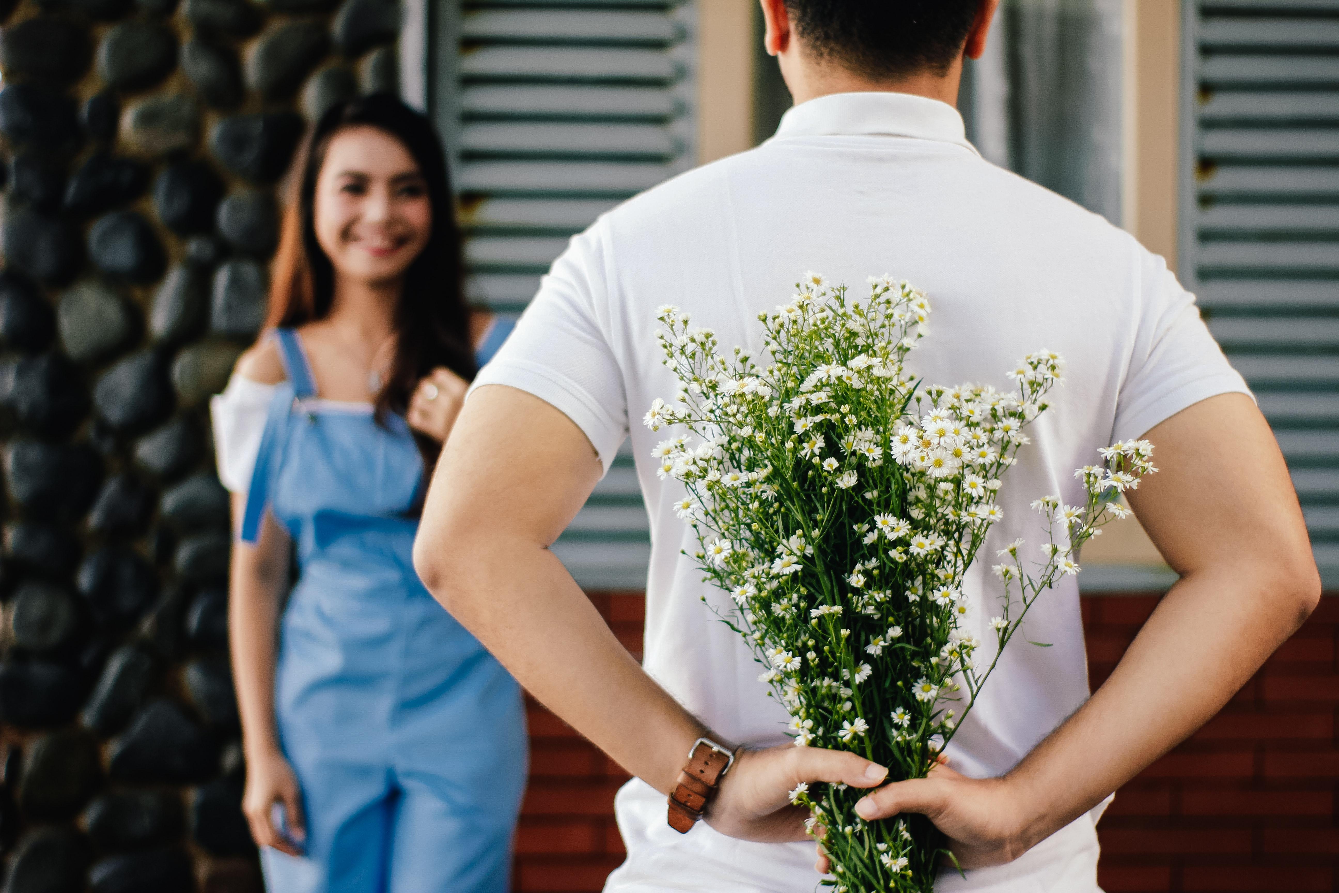 quel cadeau offrir pour la surprendre, idee cadeau pour votre conjointe, femme au t shirt blanc et combinaison bleu