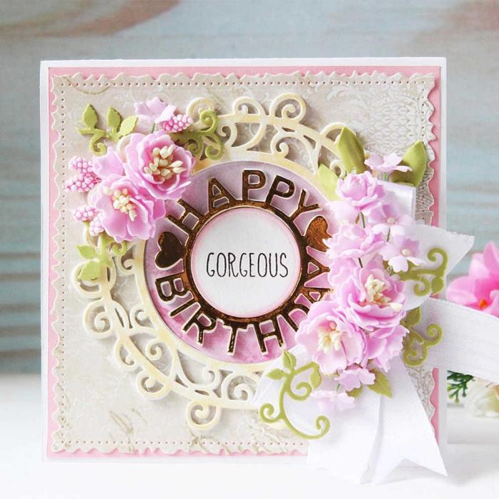 idée pour une carte anniversaire originale, modèle de carte forme carrée en papier rose avec petits decors floraux