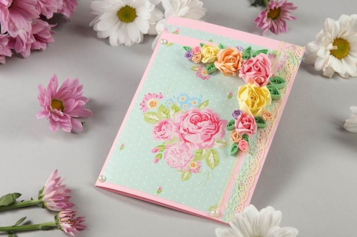 modèle de carte DIY fabriquée en papier rose pastel et feuille vert pastel aux motifs fleurs roses, diy carte avec bordure en dentelle