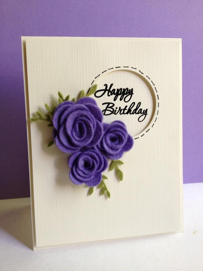 technique art de papier facile, fabrication carte d'anniversaire en papier cartonné avec décoration en fleurs violettes scrap