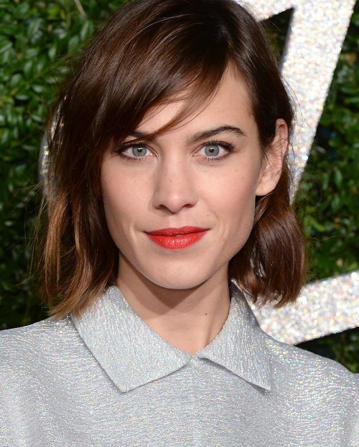 carré wavy avec une frange asymétrique couvrant une partie du visage, coiffure pour cheveux chatain, top femme gris
