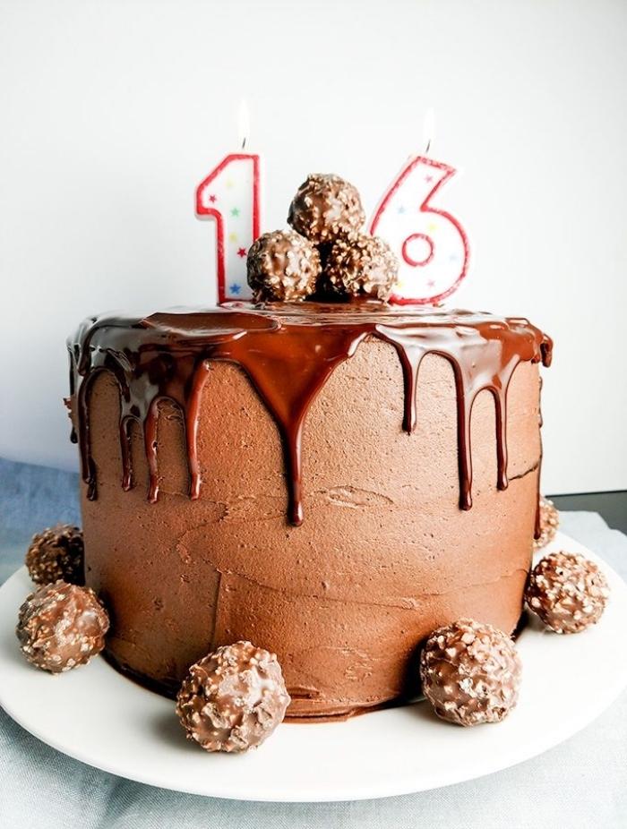 gateau anniversaire original à la crème au beurre chocolat et au glaçage coulant de nutella et un joli décor de truffes au chocolat et éclats de noisettes