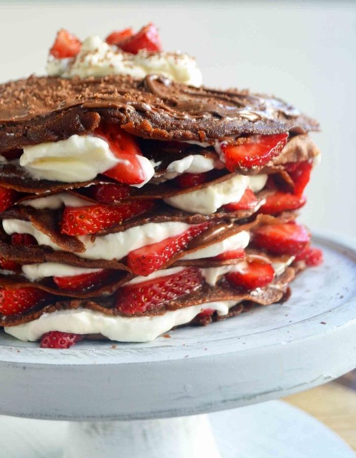 gateau au nutella facile et rapide d'un empilement de crêpes nappées de nutella et garnies de fraises