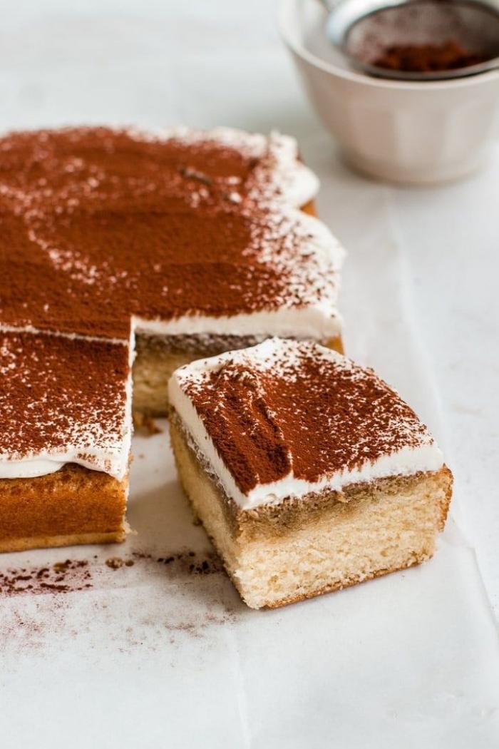 recette originale de tiramisu au glaçage mascarpone saupoudré de cacao, gâteau à trous façon tiramisu